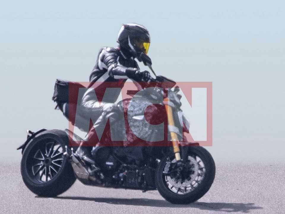 Flagra do site MCN revelando as novidades na Ducati Diavel