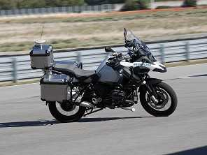 Moto que anda sozinha é destaque em feira de tecnologia