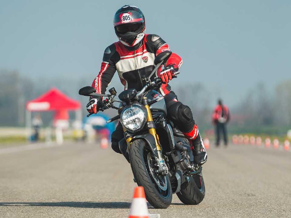 Acima participante do Ducati Riding Experience