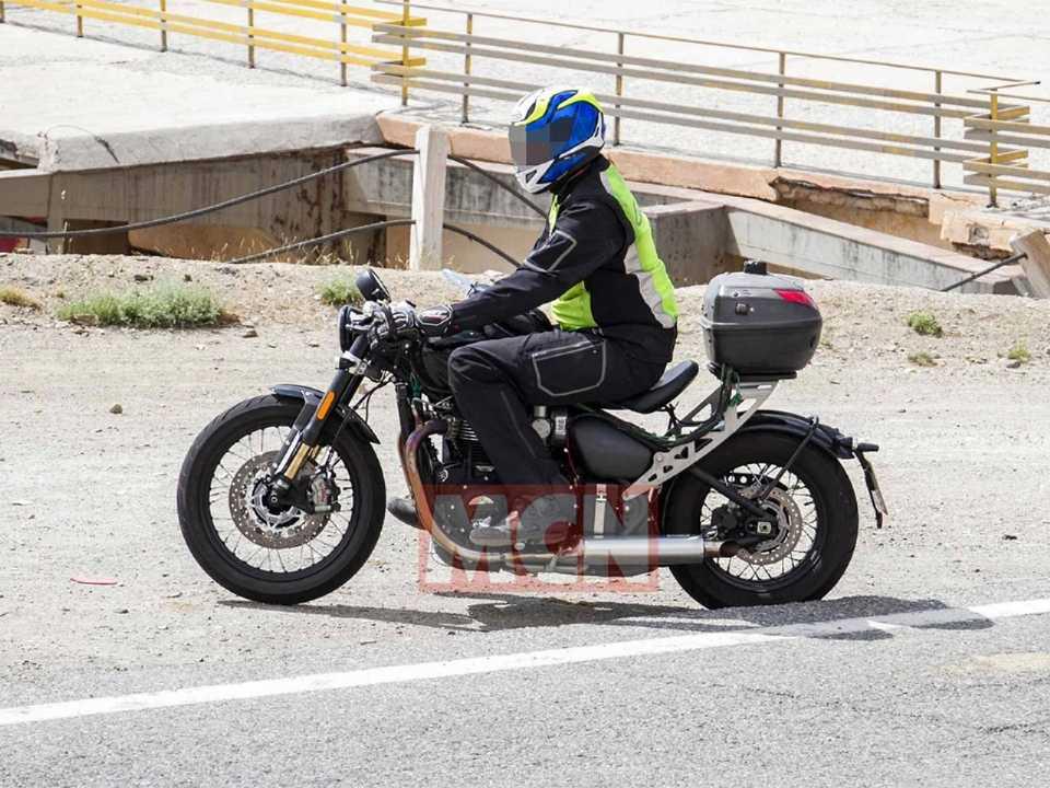 Acima o flagra da Triumph Bobber testando aprimoramentos