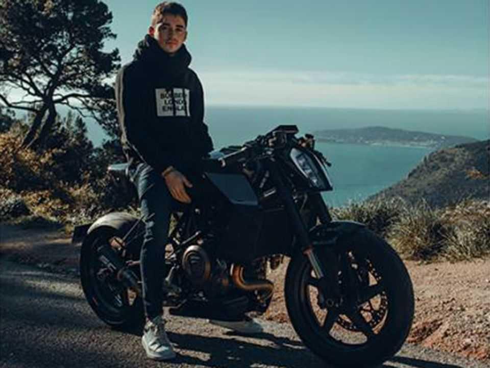 Charles Leclerc e sua moto customizada