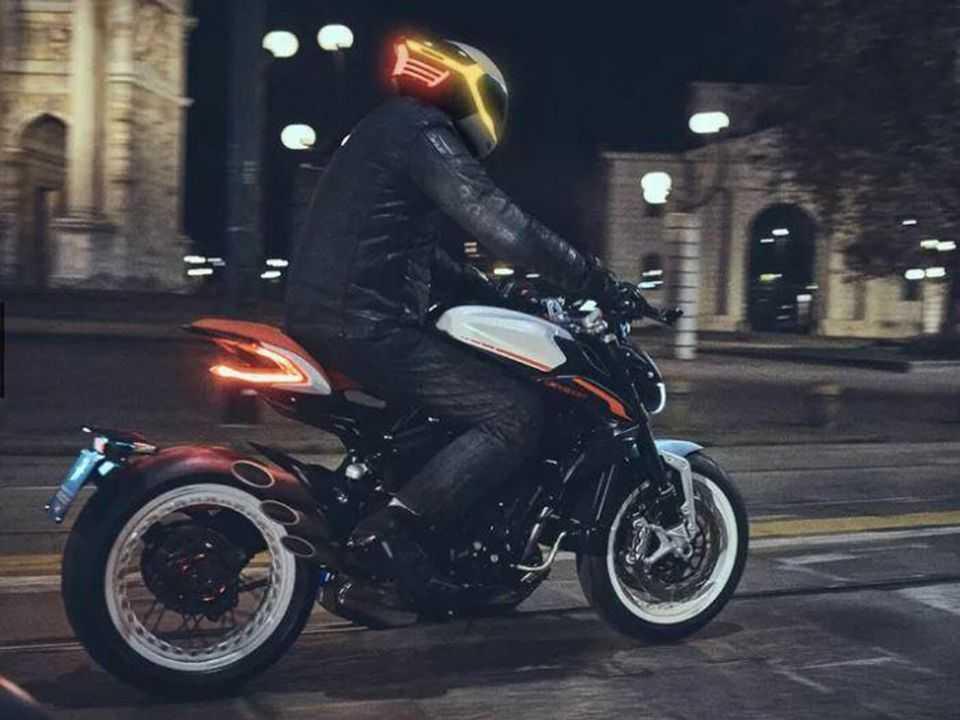 Tali Smart Helmet em uso e sincronizado com as luzes da motocicleta