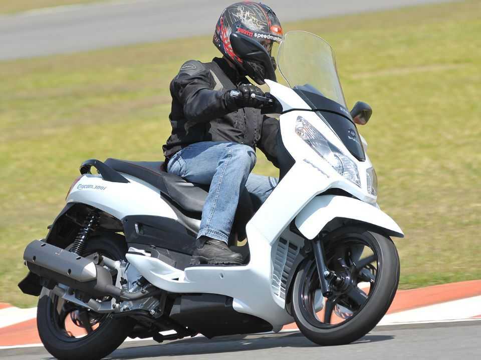 Graças às rodas de 16 polegadas, scooter é muito bom de curvas