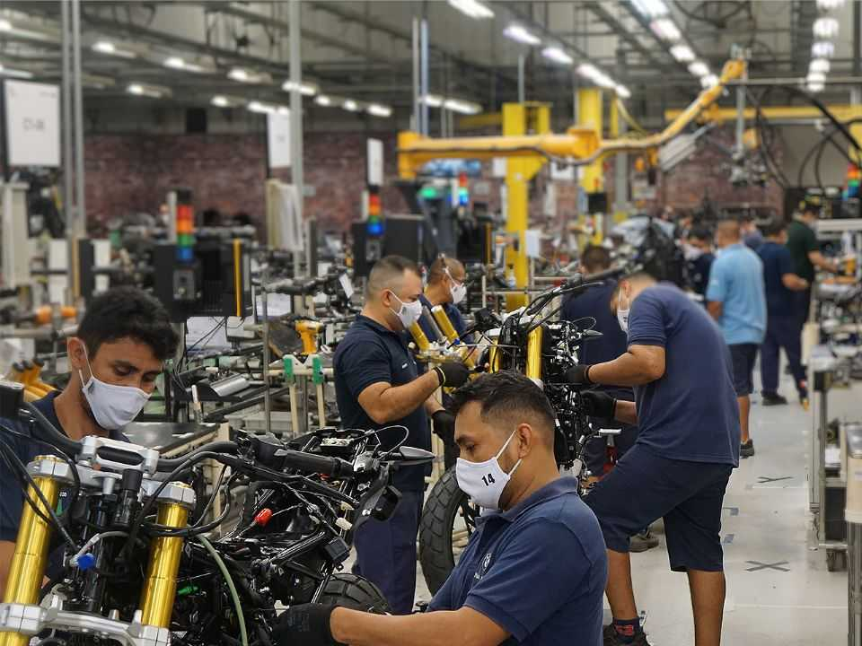 Linha de produção da BMW em Manaus (AM)