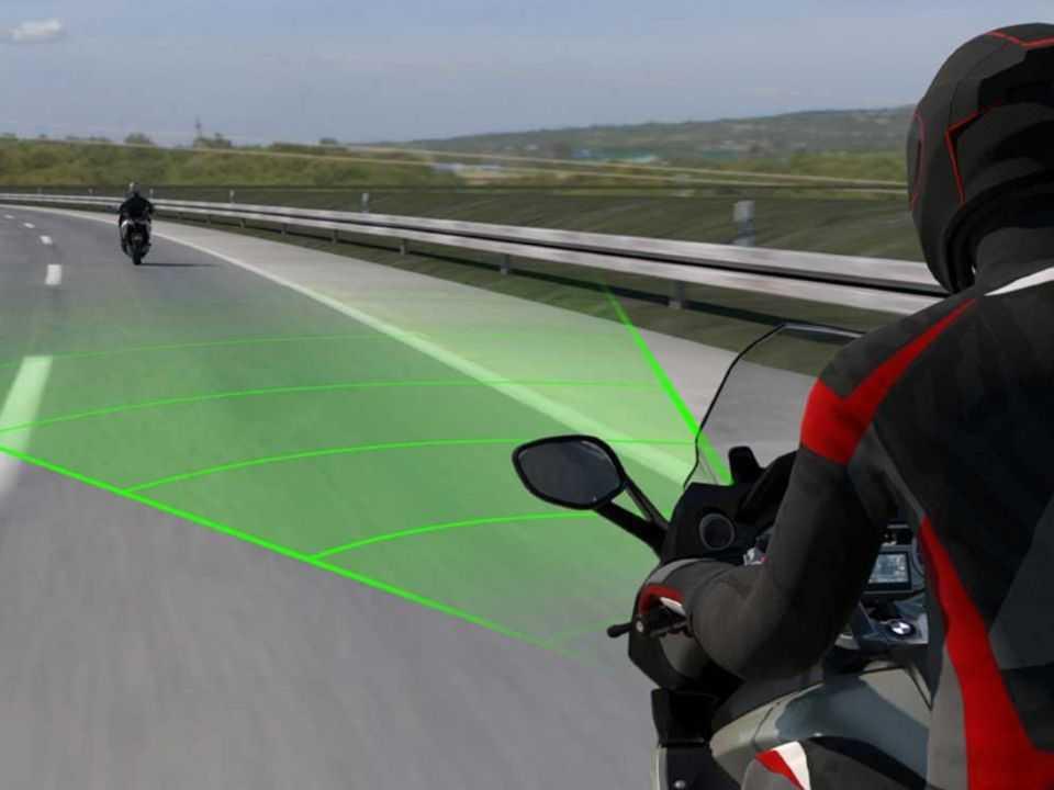 Sistema de radares e controle de cruzeiro adaptativo da BMW