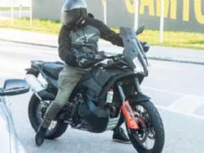 Nova KTM 890 Adventure é flagrada em testes