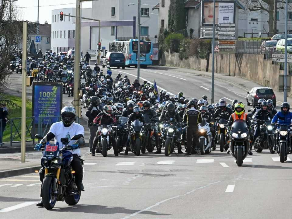 Motociclistas franceses protestam em Paris contra a proibição do corredor