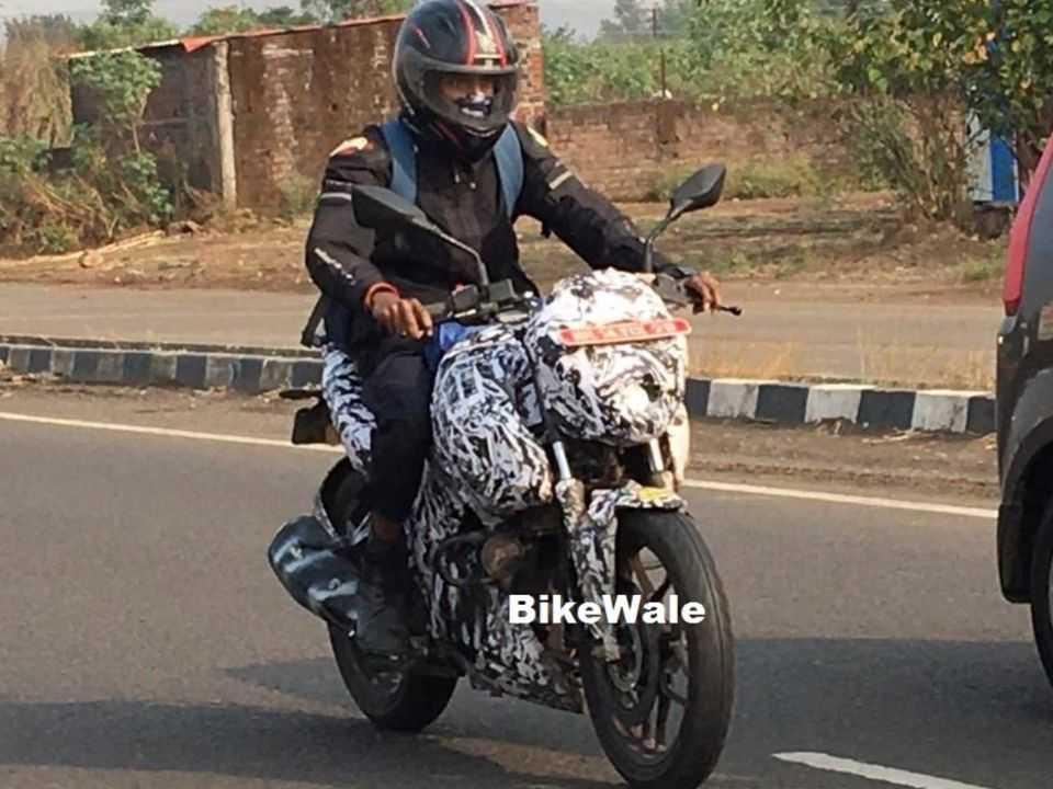 Flagra mostra a Bajaj Pulsar 250 em testes na Índia