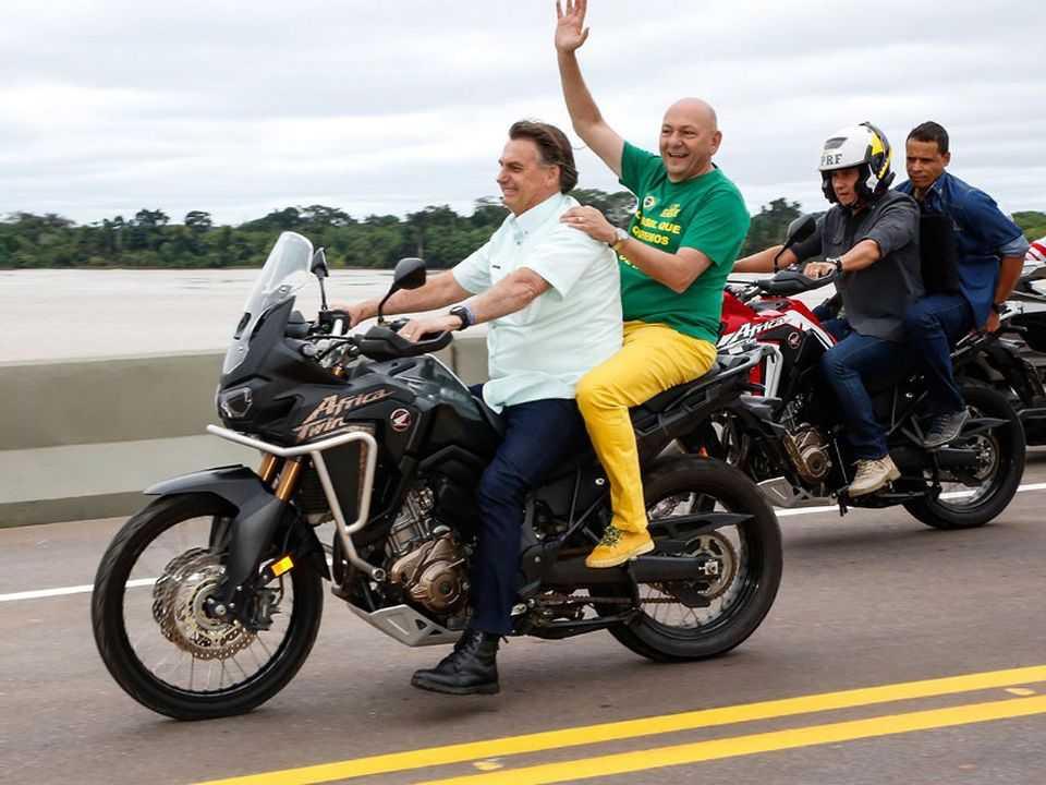 Presidente Jair Bolsonaro pilota uma Honda Africa Twin