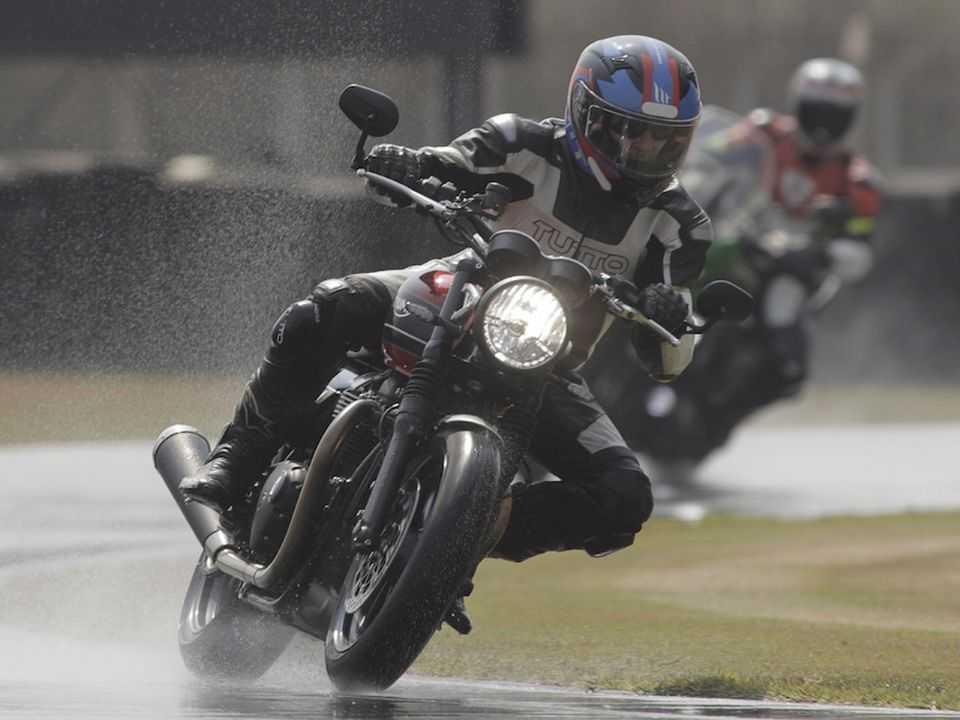 A Triumph Speed Twin foi usada no piso molhado